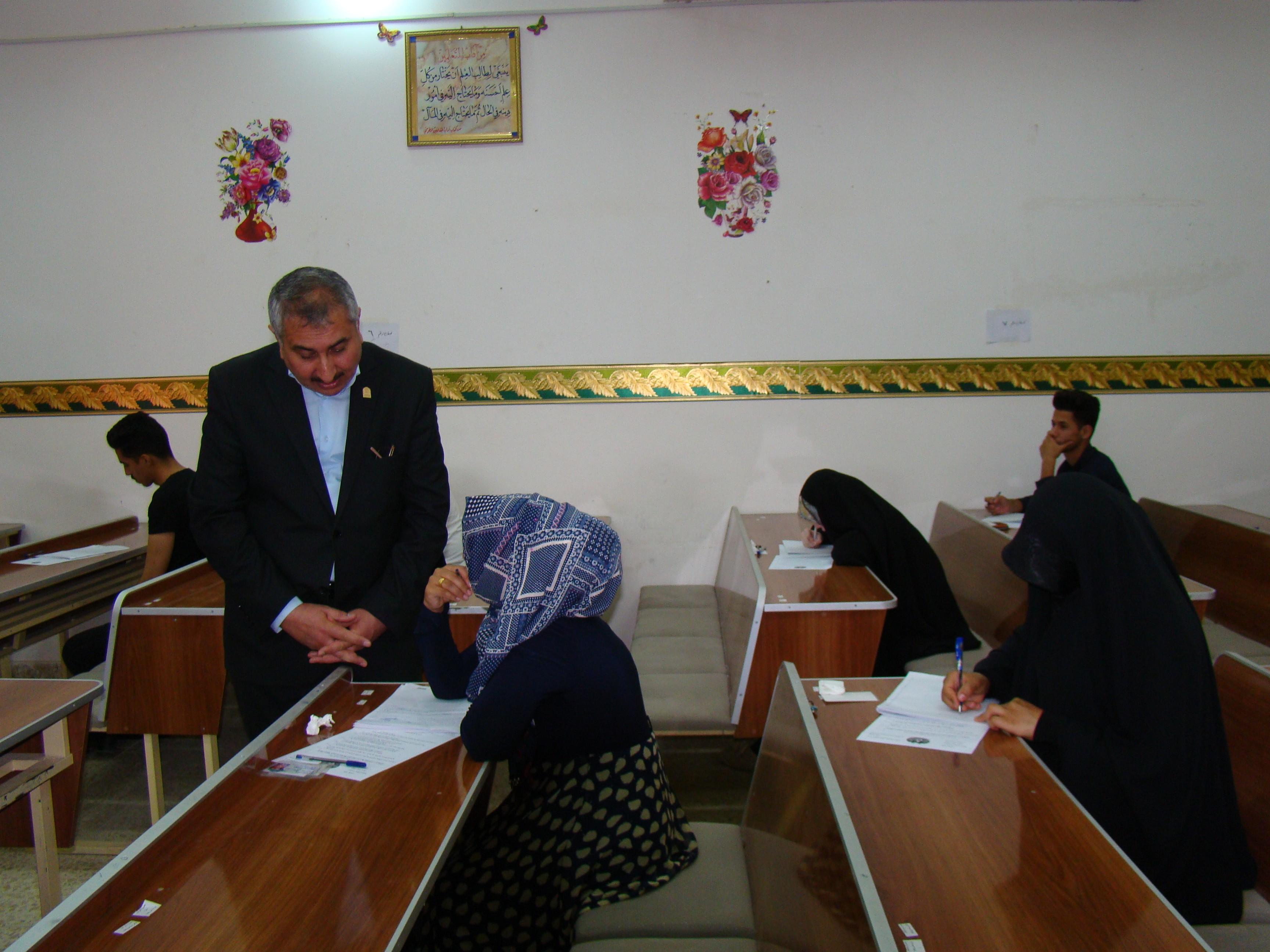 السيد رئيس جامعة كربلاء يتفقد القاعات الامتحانية في كلية القانون